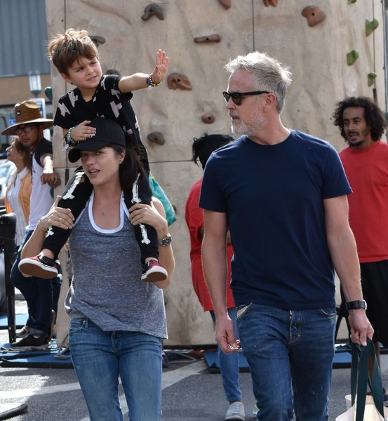 selma-blair-family-fun-at-farmers-market-9