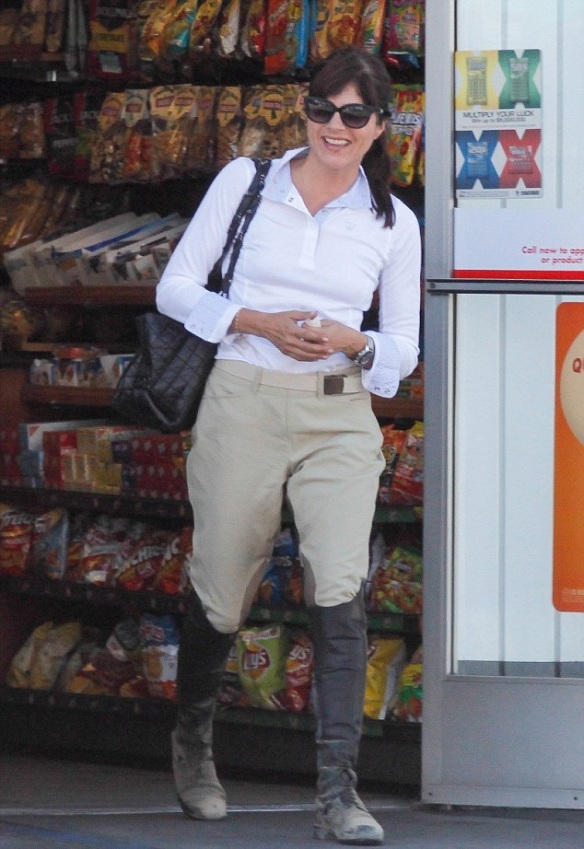 selma-blair-super-cute-in-riding-breeches-1
