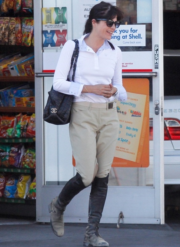 selma-blair-super-cute-in-riding-breeches-3