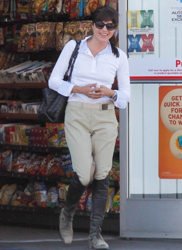selma-blair-super-cute-in-riding-breeches-4