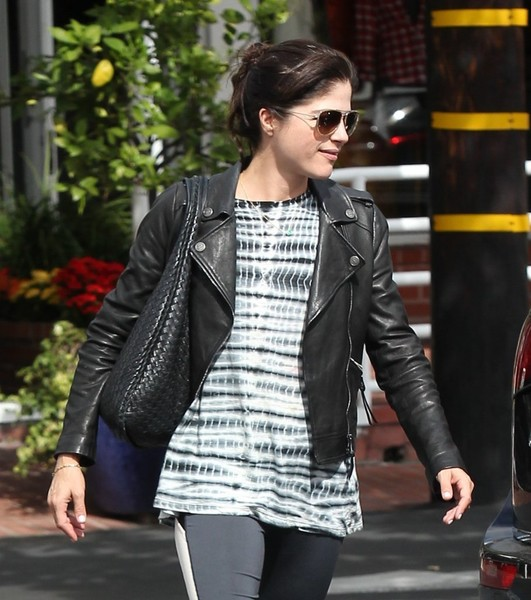 selma-blair-takes-her-little-zombie-to-lunch-10