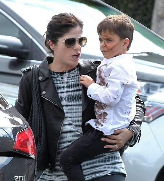 selma-blair-takes-her-little-zombie-to-lunch-2