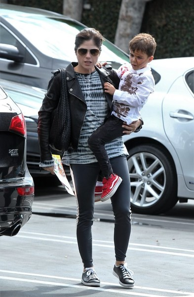 selma-blair-takes-her-little-zombie-to-lunch-3
