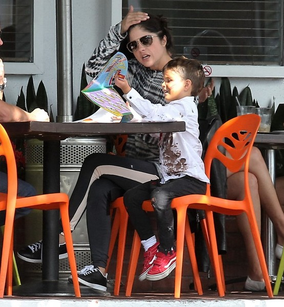 selma-blair-takes-her-little-zombie-to-lunch-4