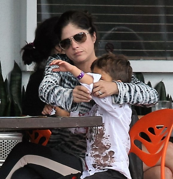 selma-blair-takes-her-little-zombie-to-lunch-5