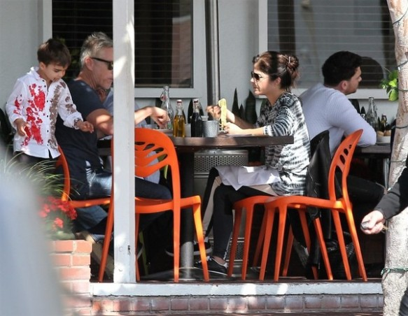 selma-blair-takes-her-little-zombie-to-lunch-6