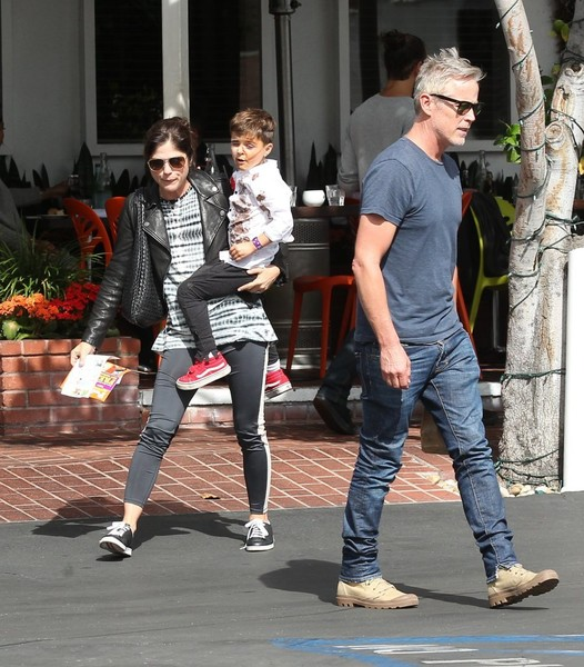 selma-blair-takes-her-little-zombie-to-lunch-8