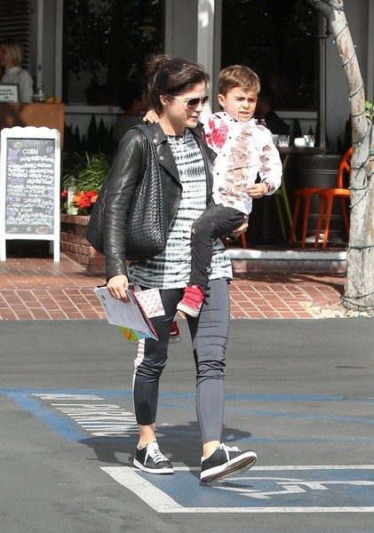 selma-blair-takes-her-little-zombie-to-lunch-9