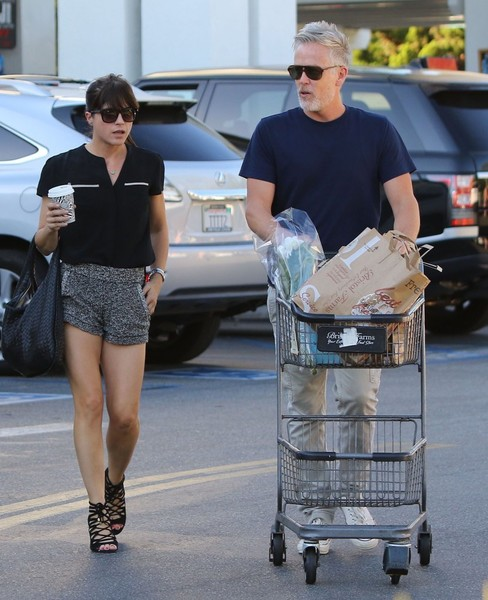 selma-blair-leaving-bristol-farms-with-a-friend-1