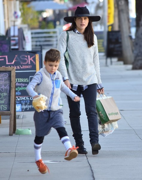 selma-blair-and-arthur-saint-bleick-shop-for-groceries-in-studio-city-4