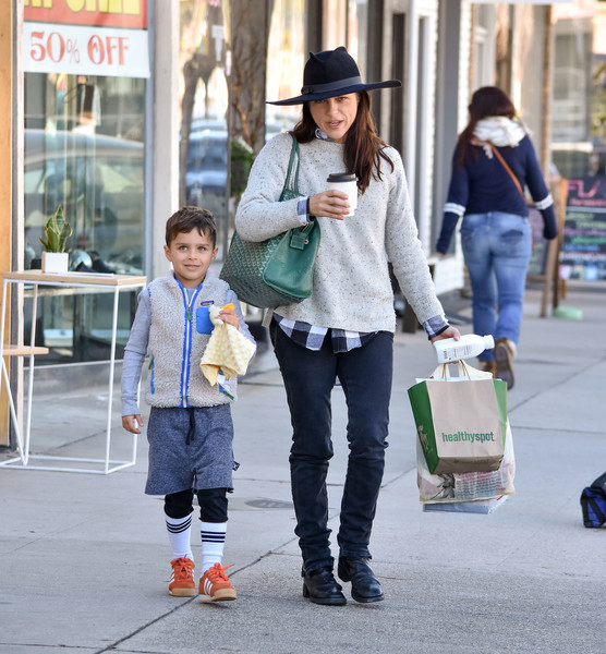 selma-blair-and-arthur-saint-bleick-shop-for-groceries-in-studio-city-8
