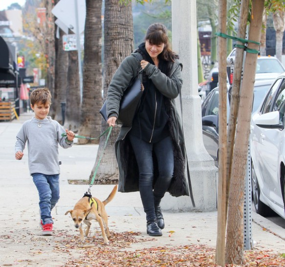 selma-blair-arthur-walk-a-rescue-pet-1
