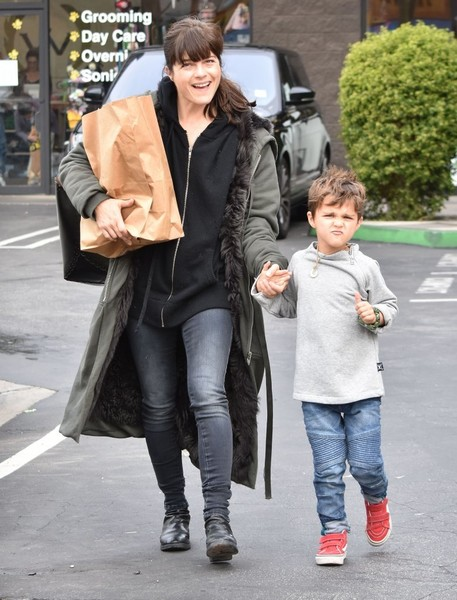 selma-blair-arthur-walk-a-rescue-pet-11