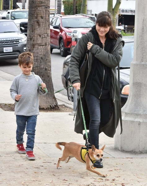 selma-blair-arthur-walk-a-rescue-pet-12