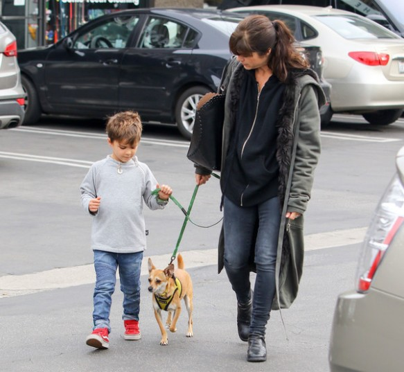 selma-blair-arthur-walk-a-rescue-pet-3
