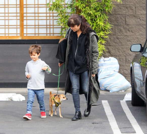 selma-blair-arthur-walk-a-rescue-pet-4