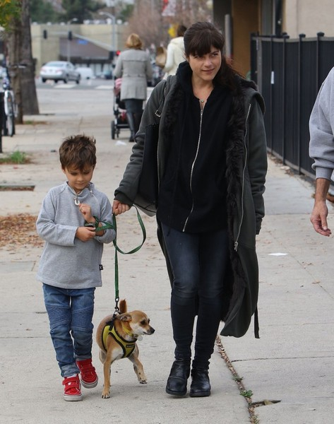 selma-blair-arthur-walk-a-rescue-pet-7