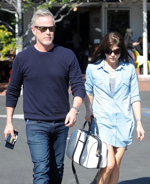 selma-blair-and-boyfriend-ron-carlson-have-lunch-at-fred-segal-2