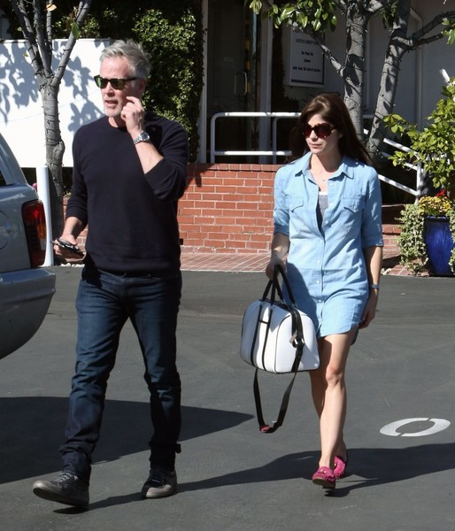 selma-blair-and-boyfriend-ron-carlson-have-lunch-at-fred-segal-3