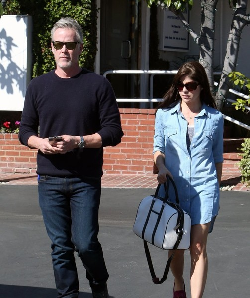 selma-blair-and-boyfriend-ron-carlson-have-lunch-at-fred-segal-4