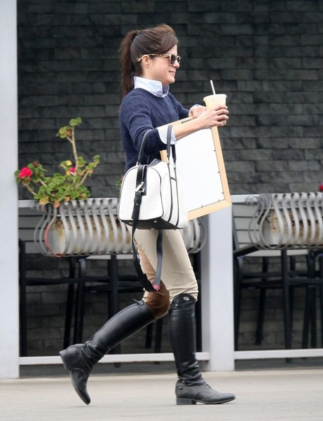 selma-blair-stops-for-artwork-after-riding-1