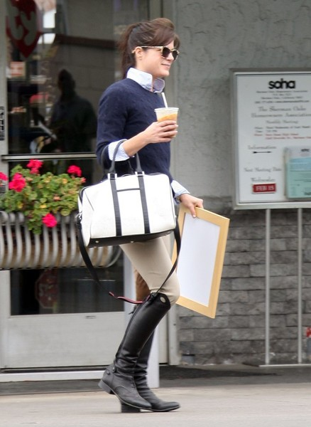 selma-blair-stops-for-artwork-after-riding-2