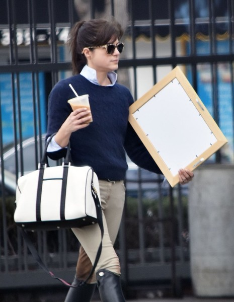 selma-blair-stops-for-artwork-after-riding-3